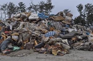混合廃棄物の山。これが2次仮置場に運ばれ、砂落としされます。