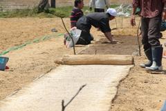 敷き藁を敷く