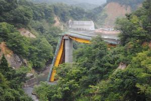 震災遺構として残されている祭畤大橋。栗駒山に向かう国道342号線沿いに造られた東屋から目前に見ることが出来ます。    残そうという深慮にも感服します。