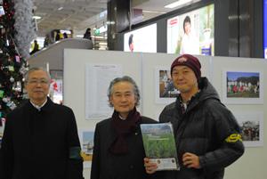 佐々木一十郎名取市長(中央)は1時間近く一枚一枚の写真をじっくりご覧いただきました。 本当に深いご理解頂いており、とても嬉しく思いました