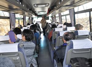 バスの中では太田猛彦先生からいろいろと説明をしていただきました