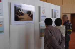 写真展で説明をする 再生の会のメンバー