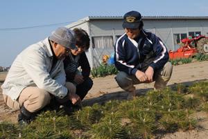 左から清藤先生参事、再生の会事務局の菅野さん、第2育苗場班長の櫻井さん
