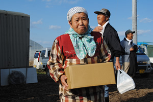 「証明写真撮って~」オイスカ中部日本研修センター産の「たまご」がお土産。センターの皆さん、ありがとう!!