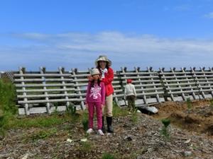 海岸林再生プロジェクトの現場にて