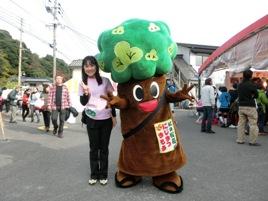 九州で大人気の「にじまつまもる」君と、NPO法人唐津環境防災推進機構 の藤田和歌子事務局長