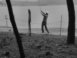森でなく、浜ならば「松ぼっくりゴルフ」も許されるかも(生の松原)