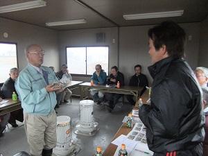 初めてのクロマツ種子払い下げを受ける櫻井副会長。宮城県種苗組合にて(2012年3月9日)