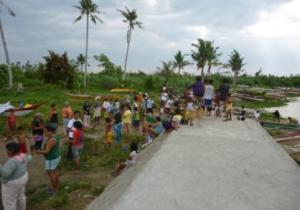 マングローブ植林に集まった村人たち