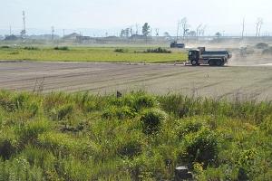農地復旧工事が最終段階を迎え、震災後に生まれて内地と隔てていた湿地が埋め立てられ、生き物が侵入しやすくなった(2014年8月2日)