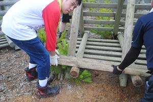 この重さ。足場も悪い。私はひざ下まで泥にはまりました。これは男がやるしかない