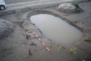 深い穴です。海砂を入れなおし、ものすごくたくさんの縦の暗渠を作っています