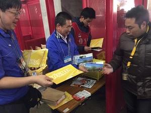 ベガルタ仙台のボランティアがチラシを配布