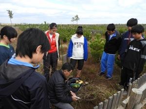 「穴を掘ってどうするのか?」生徒たちは関心を持っていたから聞く態度も真剣
