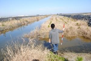 川向うの調査地に渡るためには1km近く歩かねばならないため、今日は脱ぎました。困るのは私なので、対策を考えなければ…