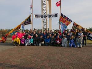 大漁旗が飾られる「えりも岬の緑を守る会」育樹祭