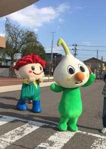 左が名取市のマスコットキャラクター「カーナくん」、右が東北放送 (TBC) の「ニューニュー」
