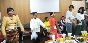 ミャンマーの子どもたちに促されて一緒に踊りました(右端)