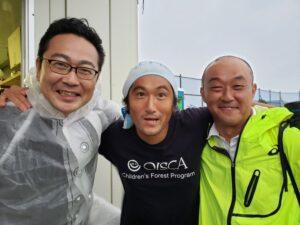 左が浅山さん。名取最終日を終えて別れる前に。真ん中は、ウエルシア労組の齊木さん。浅山さんを慕う人は多い。