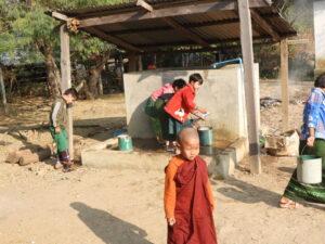 国連が「Dry Zone」とよぶミャンマー中部乾燥地帯の第2拠点。農業・教育分野で多角的な支援を行っている。この学校でもRC2520地区の支援で飲料水用井戸が完成。子供たちは毎日植栽木に散水。この貯水タンクは飲料用とは言えない。