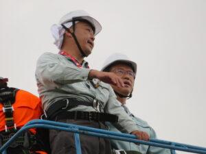 山田司郎名取市長に、高所作業車20mの高さから、名取市海岸林全景をご覧いただきました。*私が手前の写真で申し訳ありません。