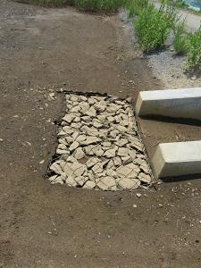 ここから地中に水が抜けるように作られた暗渠だと思われます