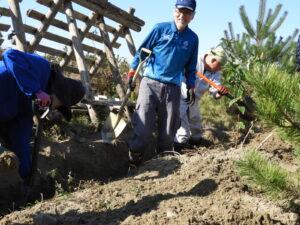 2020年11月3日 ボランティアの日、排水溝掘削中の小林さん